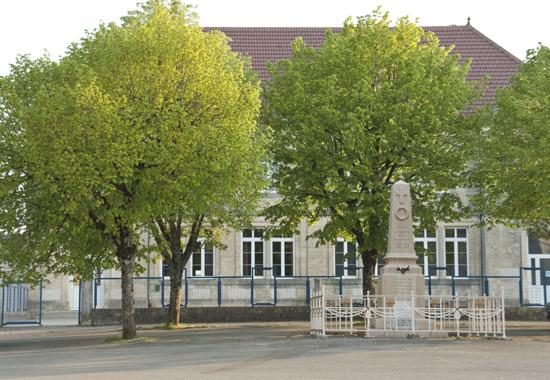 L'école et le monument aux morts